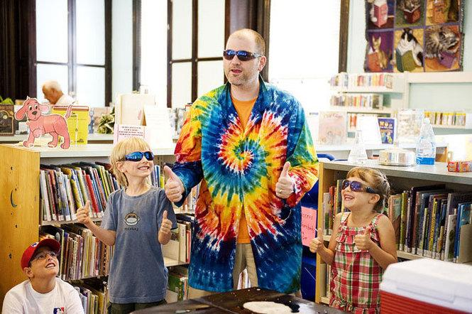 ScienceTellers storyteller and two kids give thumbs up